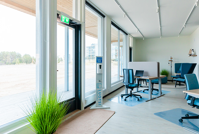 Toimistohotelli Luotsin palveluihin kuuluu hyvin varusteltu työpiste viihtyisässä avotilassa.