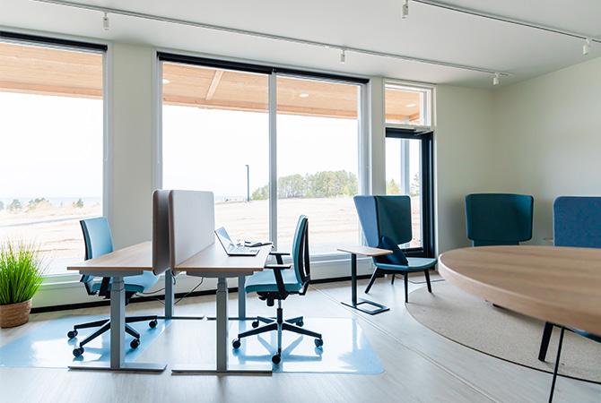 Toimistohotelli Luotsissa on yhteisöllisiä työtiloja sekä viihtyisiä yhteistiloja.